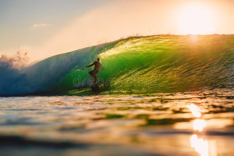 8 september, 2018 Bali, Indonesië Surferrit op vatgolf bij warme zonsondergang Het professionele surfen in oceaan, Bingin-strand stock fotografie