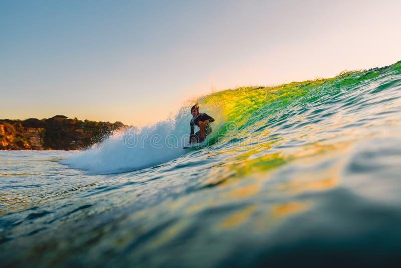 8 september, 2018 Bali, Indonesië Surferrit op vatgolf bij zonsondergang Het professionele surfen in oceaan, Bingin-strand royalty-vrije stock foto's