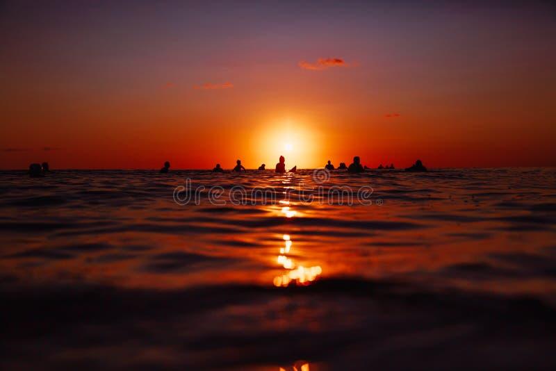 8 september, 2018 Bali, Indonesië Surfers online omhooggaand bij zonsondergang Het professionele surfen in oceaan, Bingin-strand royalty-vrije stock afbeeldingen