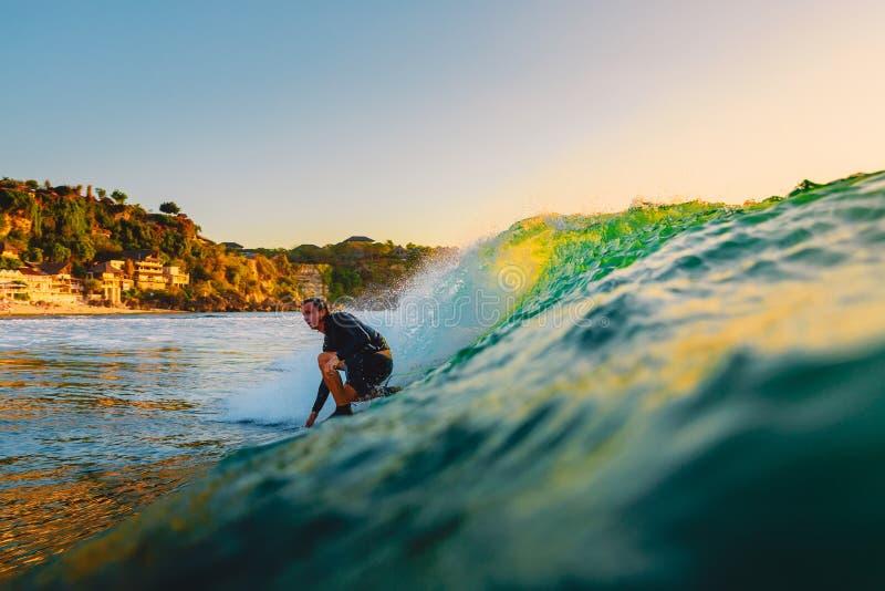 8. September 2018 Bali, Indonesien Surferfahrt auf Fasswelle bei Sonnenuntergang Berufssurfen in Ozean, Bingin-Strand lizenzfreie stockfotos