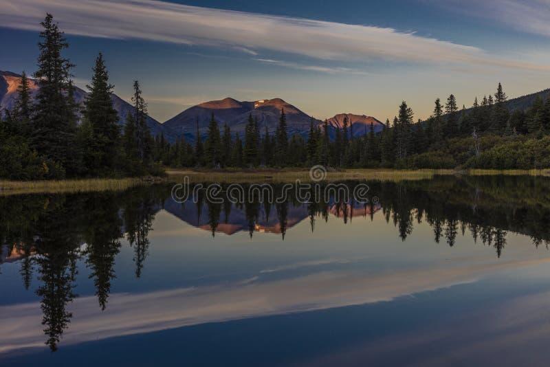 2 september, 2016 - Bezinningen over Regenboogmeer, de Aleoetishe Bergketen - dichtbij Willow Alaska royalty-vrije stock foto's