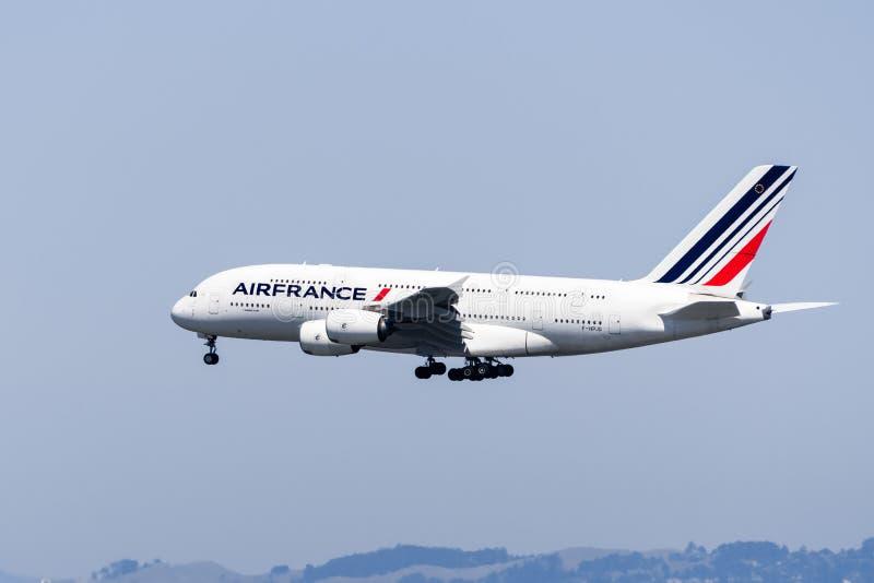 1 september 2019 Burlingame / CA / USA - Air France-vliegtuigen ter voorbereiding van de landing op San Francisco International A royalty-vrije stock foto