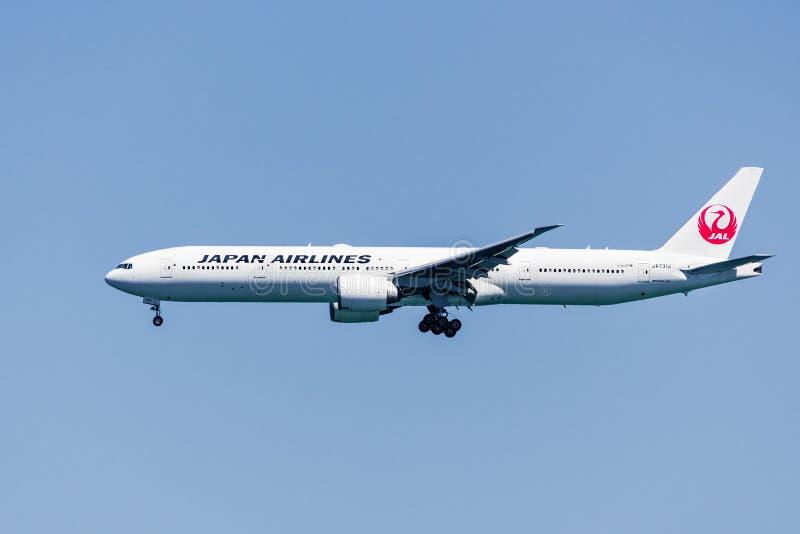 1 september 2019 Burlingame / CA / USA - Japan Airlines voor de voorbereiding van de landing op de internationale luchthaven van  stock afbeeldingen