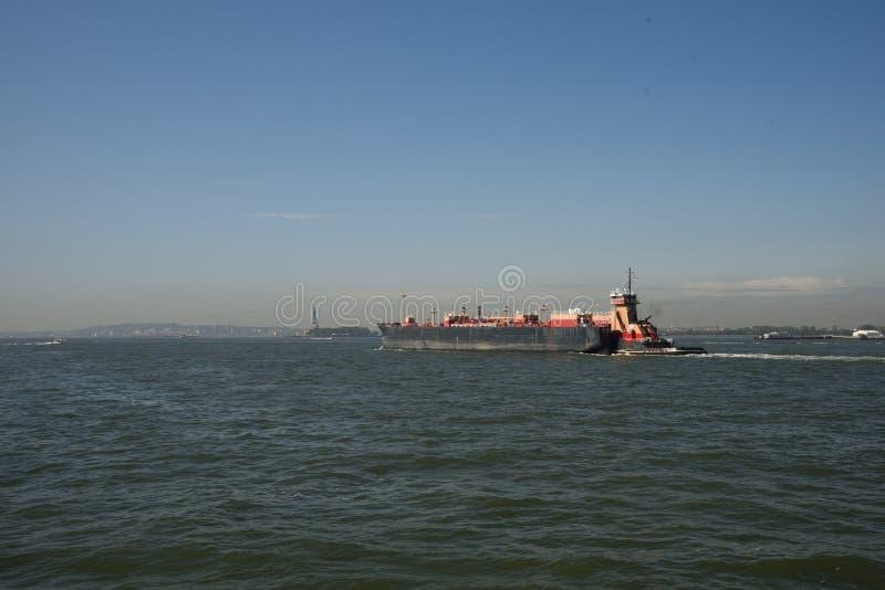 13 september, 2017, de Haven van New York, New York Lege Stookolieaak die door Tug Boat aan Haven Newark, New Jersey worden geduw royalty-vrije stock foto
