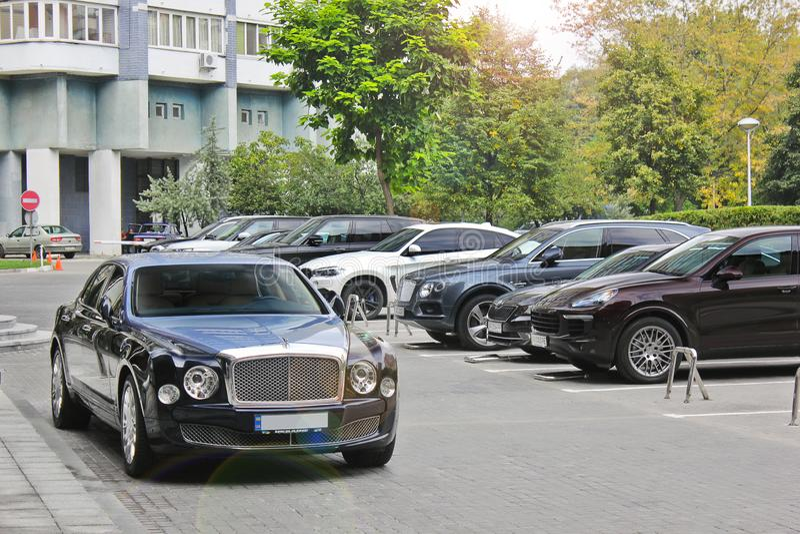 September, 2017; De Oekraïne, Kiev Tweekleurig Bentley dichtbij het winkelcentrum Bentley Mulsanne Speed stock afbeeldingen