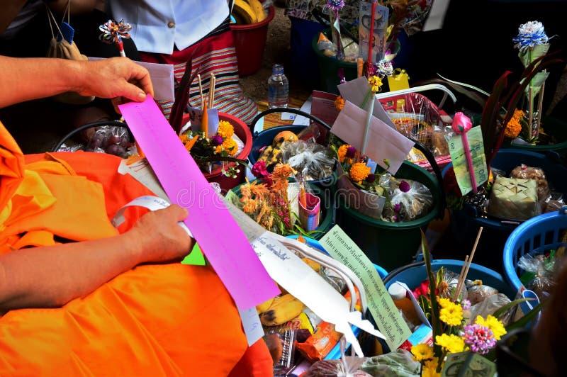 30 september, het Klopje van 2017Than Salaka is een traditie van langs het aanbieden van dingen aan monniken Het wordt genoemd Kh stock foto's