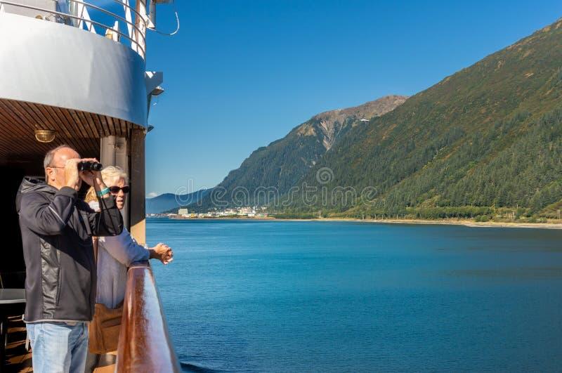 14. September 2018 - Juneau, AK: Schiffspassagier mit den Ferngläsern, die Landschaft ansehen stockbilder