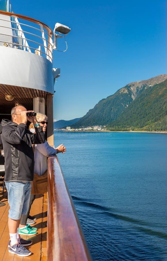 14. September 2018 - Juneau, AK: Schiffspassagier mit den Ferngläsern, die Landschaft ansehen lizenzfreies stockbild