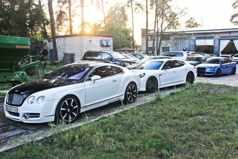 30 september, 2016, Kiev, de Oekraïne Combo supercars Mansory Bentley Continental GT & Porsche Panamera Turbos 4 8, Audi RS4 royalty-vrije stock foto's