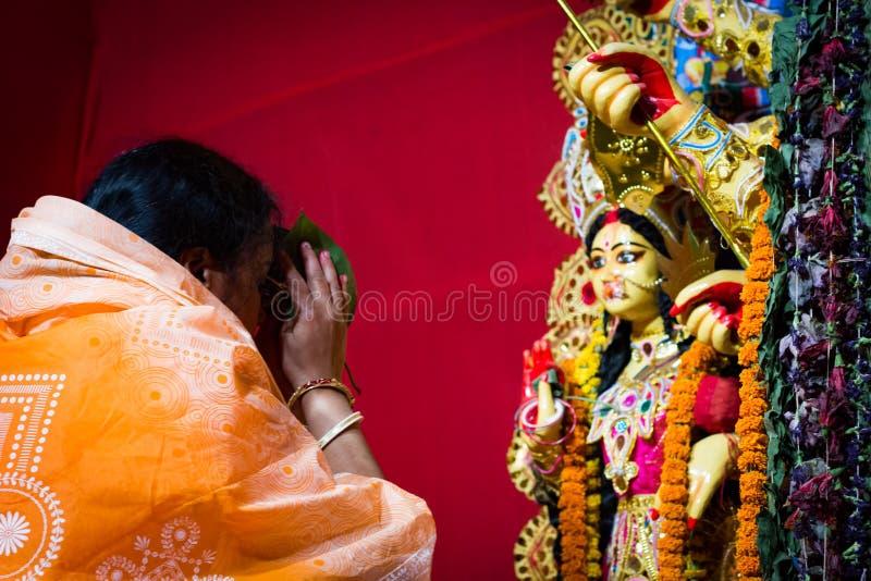 September 2017, Kolkata, Indien Dam som erbjuder henne pranam och fromhet till durgaförebilden för att välsigna royaltyfri foto