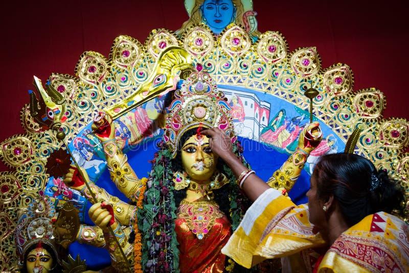 September 2017, Kolkata, Indien Durga Baran Ritual Gifta damer som hälsar durgaförebilden med sötsak- och betelsidor under dasham arkivfoto