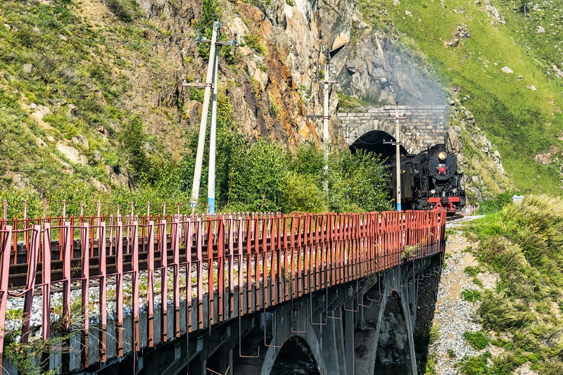 1. September lässt Dampfzug den Tunnel auf Circim-Baikal-Eisenbahn stockbilder