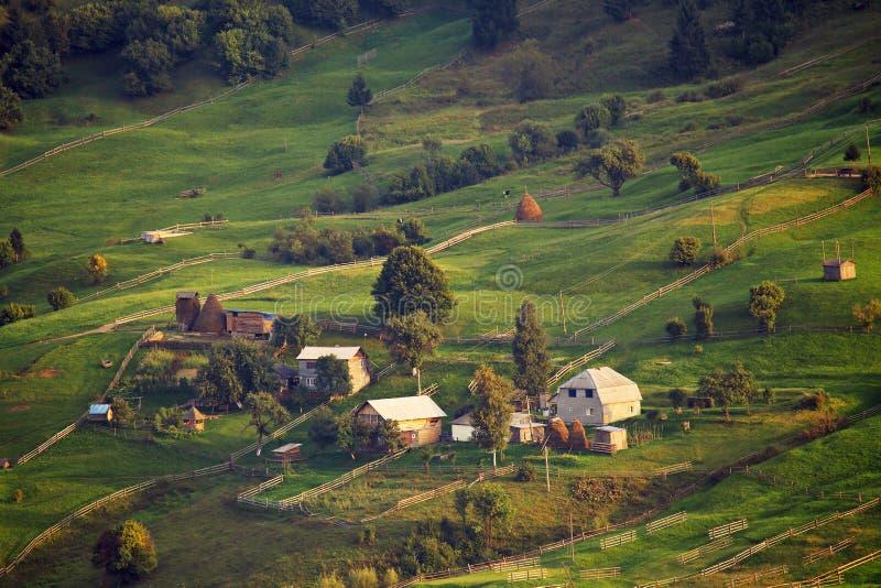 September lantlig plats i berg Autentisk by och staket arkivbilder