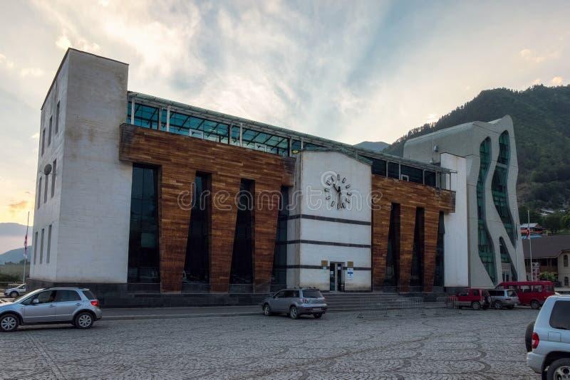 September 2014, Mestia, Georgië - de Moderne bouw van het politiebureau in Svaneti royalty-vrije stock foto's