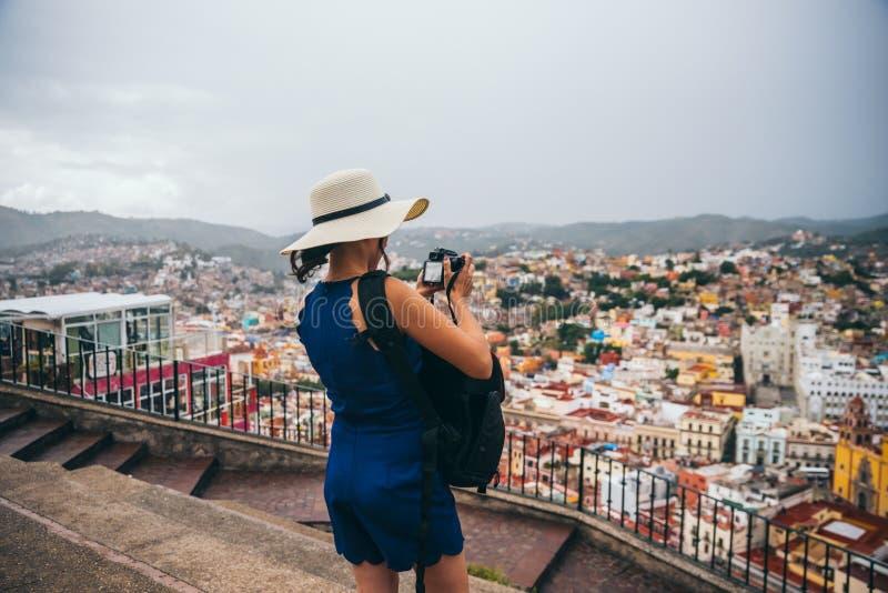 22 september, Mexico: Vrouw met een hoed die een beeld van de stad vanuit een gezichtspunt in de bergen in Guanajuato, 22 nemen S stock foto