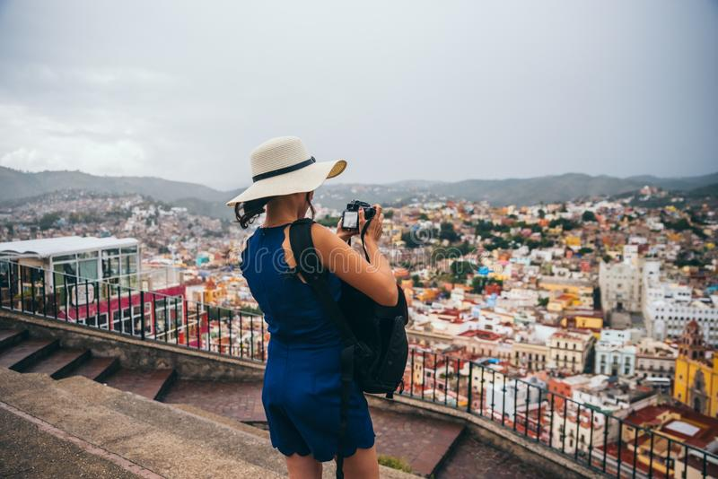 22. September Mexiko: Frau mit einem Hut, der ein Foto der Stadt von einem Standpunkt in den Bergen in Guanajuato, am 22. Septemb stockfoto