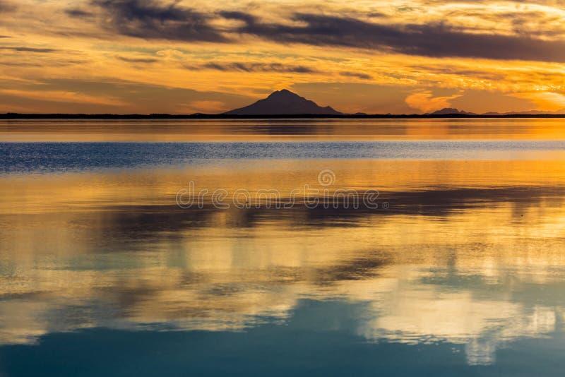 September 1, 2016, Mt-skansvulkan på Skilak sjön, spektakulär solnedgång med den slocknade vulkan i sikt, Alaska, den Aleutian Mo royaltyfri fotografi