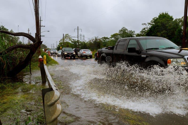 10. SEPTEMBER 2018 NJ USA: Überschwemmtes Zufuhrstraßenspritzen durch ein Auto starken Regen vom Hurrikan Harvey verursachte viel stockbild