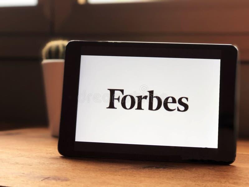 September 2019 Parma Italy: Pictogram van het bedrijfslogo van Forbes op het tabletscherm close-up Forbes visual brand stock foto