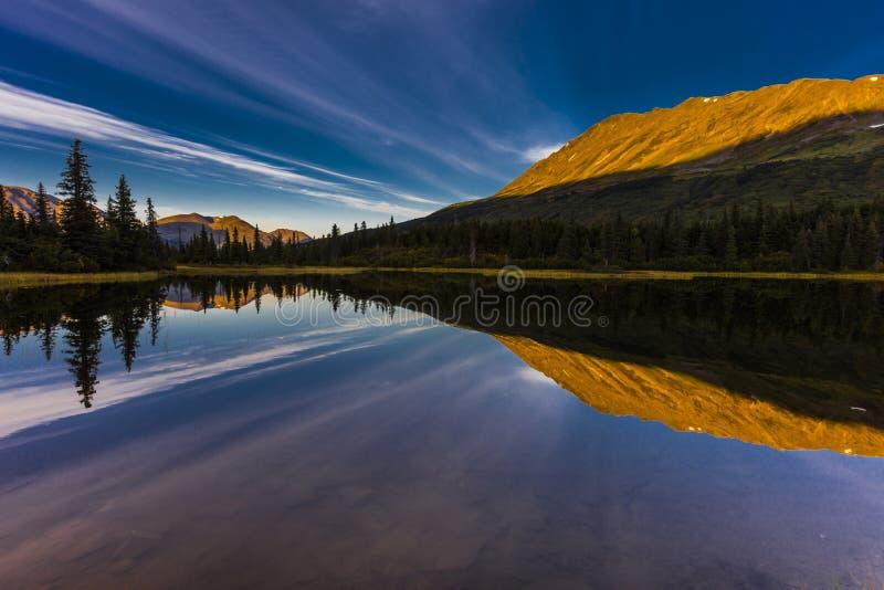 September 2, 2016 - reflexioner på regnbåge sjön, den Aleutian bergskedjan - nära Willow Alaska royaltyfri bild