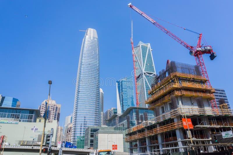 5 september, 2017 San Francisco /CA/USA - Nieuwe bouwwerf; Gebeëindigde bijna nieuwe wolkenkrabbers, 181 Fremont en Salesforce-To royalty-vrije stock afbeeldingen