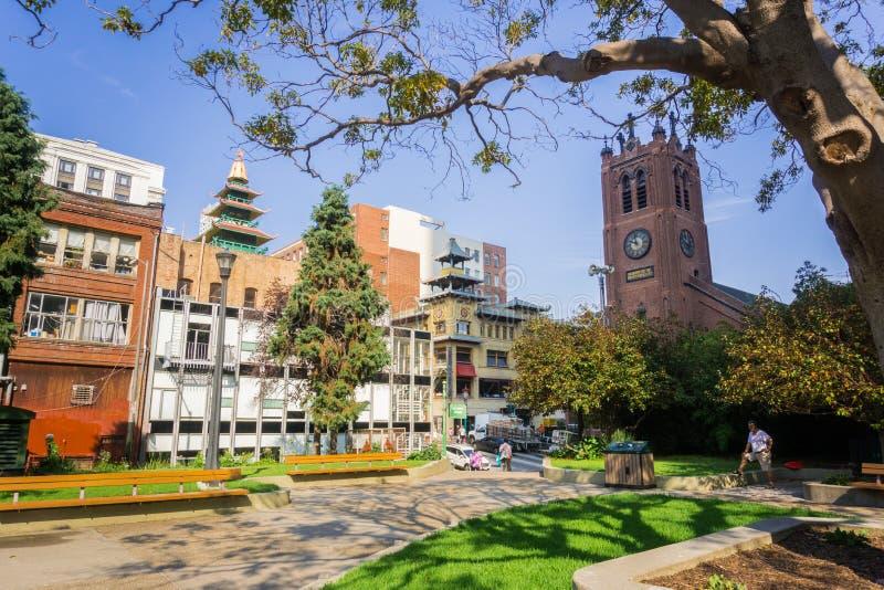 September 5, 2017 San Francisco /CA/USA - Sts Mary fyrkant parkerar omgivet av traditionella kinesiska byggnader och St Mary Cath arkivfoton