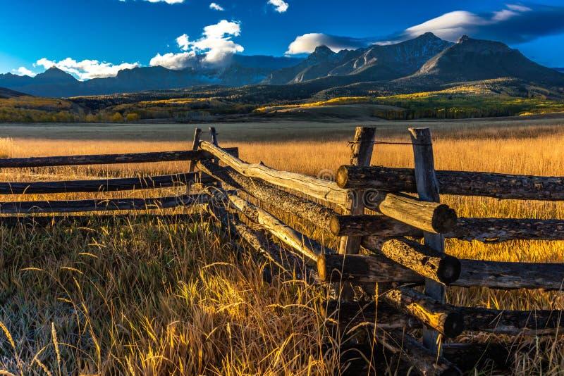 28. September 2016 - San Juan Mountains In Autumn, nahe Ridgway Colorado - weg von Hastings MESA, Schotterweg zum Tellurid, Grafs stockfotografie