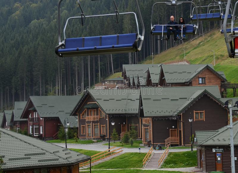 September 15, 2014 - sikten ?ver Bukovel skidar semesterorten i sommar, Ukraina royaltyfri fotografi