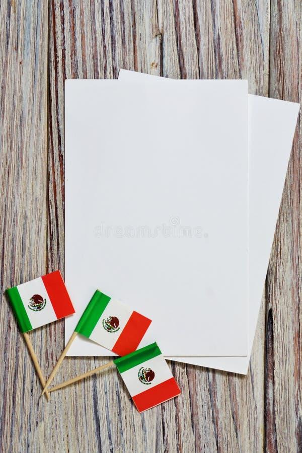 September 16 Självständighetsdagen Mexico, begreppet av självständighet, patriotism och frihet Mini- pappers- flaggor med vita vy arkivfoto
