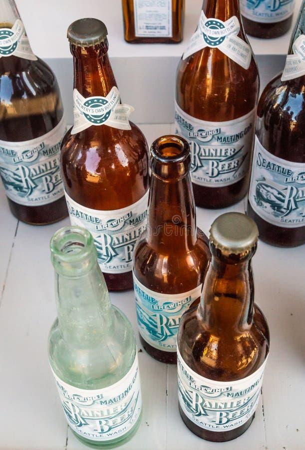15 september, 2018 - Skagway, AK: Flessen van het rustieke replica de uitstekende bier in de Mascottezaal royalty-vrije stock fotografie