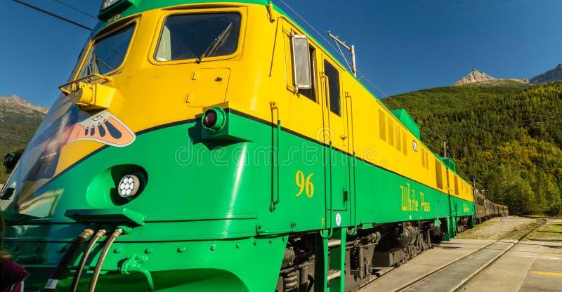 15. September 2018 - Skagway, AK: Front historische weiße des touristischen Ausflugszugs der Durchlauf-Bahnmaschine 96 lizenzfreie stockbilder