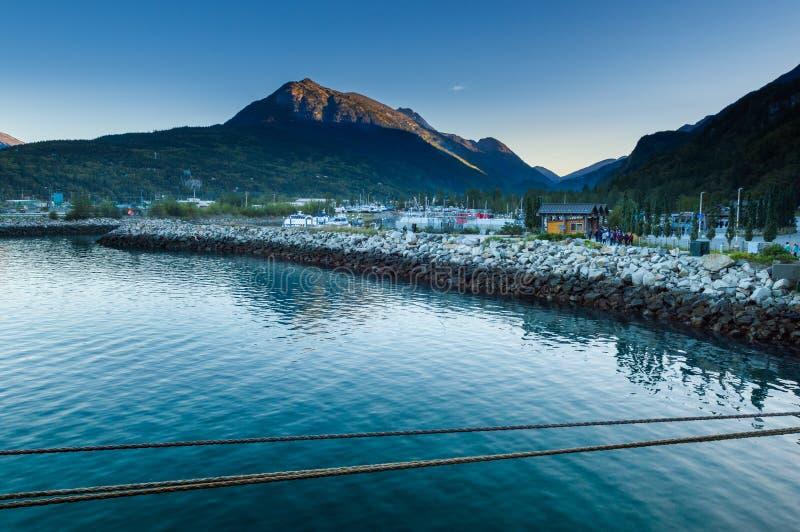 15. September 2018 - Skagway, AK: Kleines Boots-Hafen am Tagesanbruch stockfotos