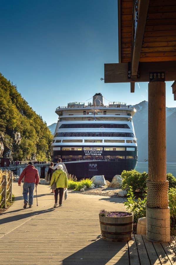 15. September 2018 - Skagway, AK: Passagiere, die zu Fuß zu den Kreuzschiffen zurückkommen stockfoto