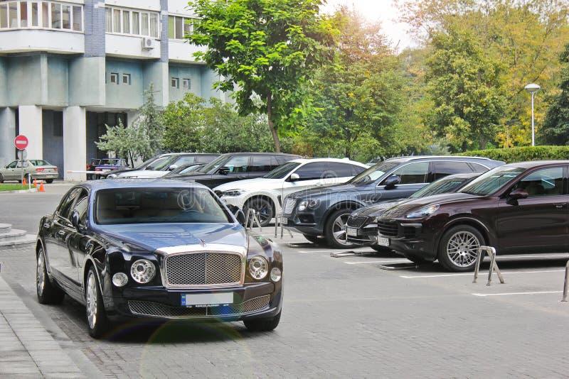 September 2017; Ukraina Kiev Tvåfärgade Bentley nära köpcentret Bentley Mulsanne Speed arkivbilder