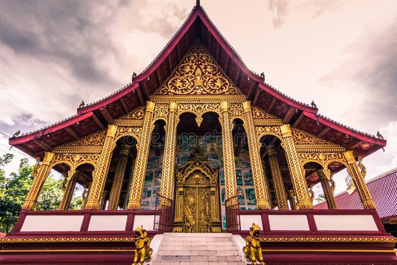 September 20, 2014: Wat Manorom tempel i Luang Prabang, Laos arkivbilder
