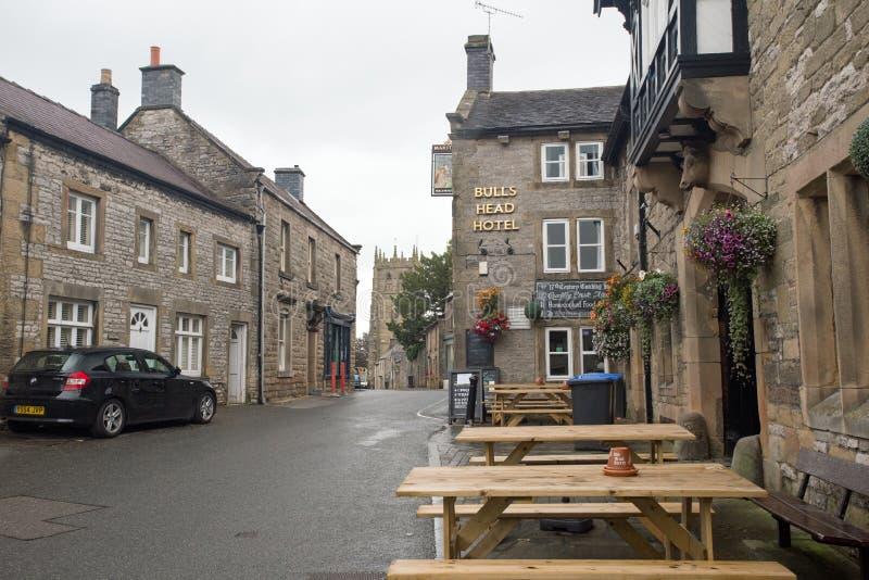 September 2017, Youlgrave storgatan, maximalt område, Derbyshire Gataplats inklusive hotell för huvud för tjur` s royaltyfri foto