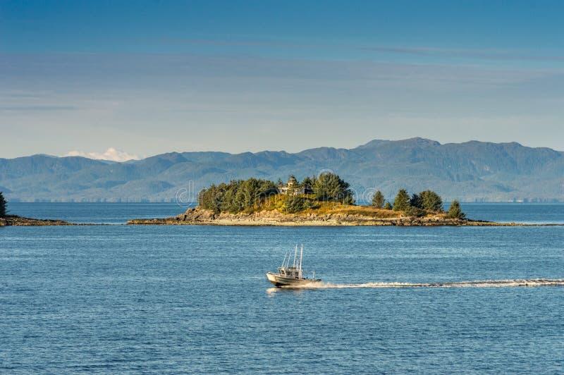 17 septembre 2018 - étroits de Tongass, AK : Bateau de pêche en aluminium près de garde Islands et de phare, début de la matinée photographie stock libre de droits