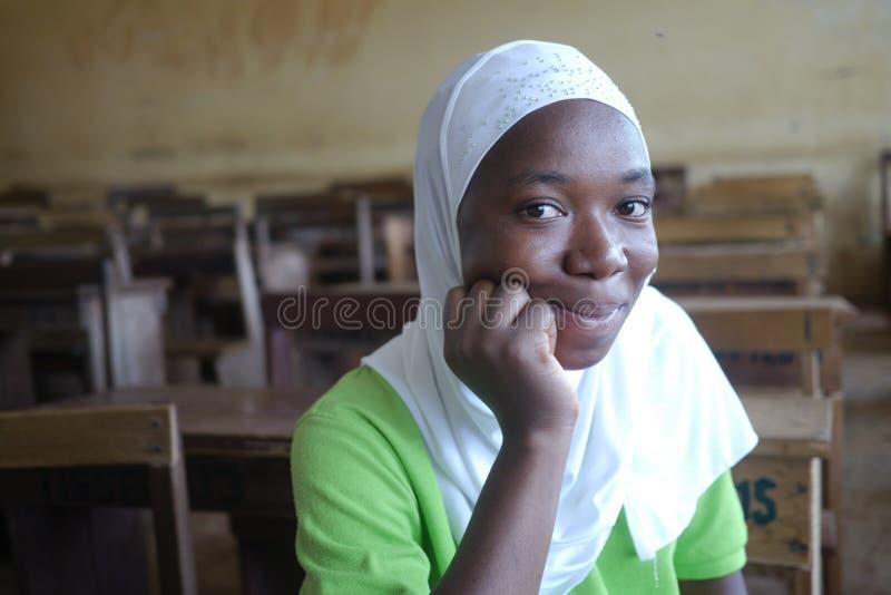3 septembre 2015 - Accra, Ghana : Jeune fille musulmane dans une salle de classe photos libres de droits