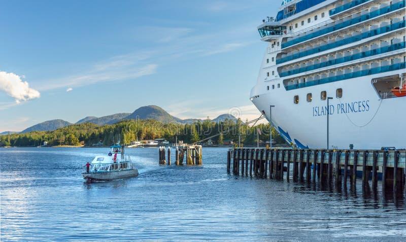 septembre 17, 2018 - Ketchikan, AK : Returing exprès de loutre de mer à mettre en communication à côté du bateau de croisière de  images stock