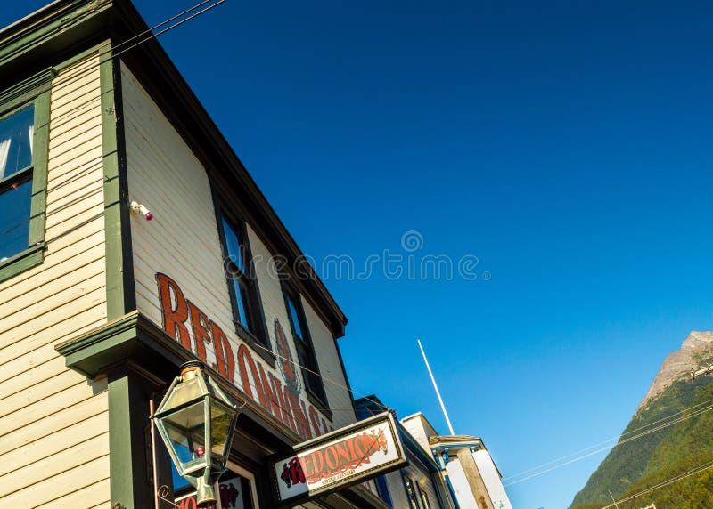 15 septembre 2018 - Skagway, AK : Façade avant de la salle d'oignon rouge, un ancien bordel photo libre de droits