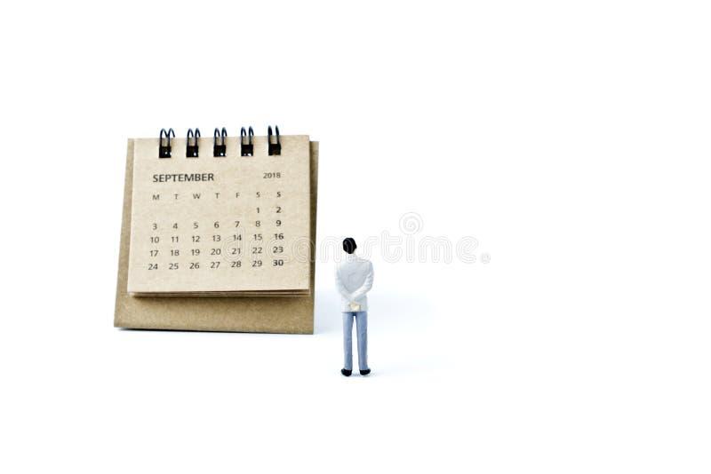 septiembre Haga calendarios la hoja y al hombre plástico miniatura en el CCB blanco imágenes de archivo libres de regalías