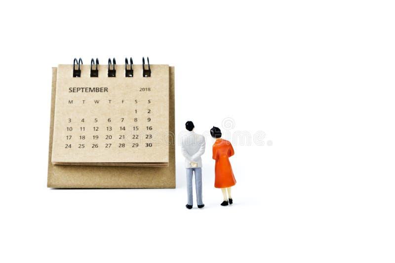 septiembre Haga calendarios la hoja y hombre y mujer plásticos miniatura encendido fotografía de archivo libre de regalías
