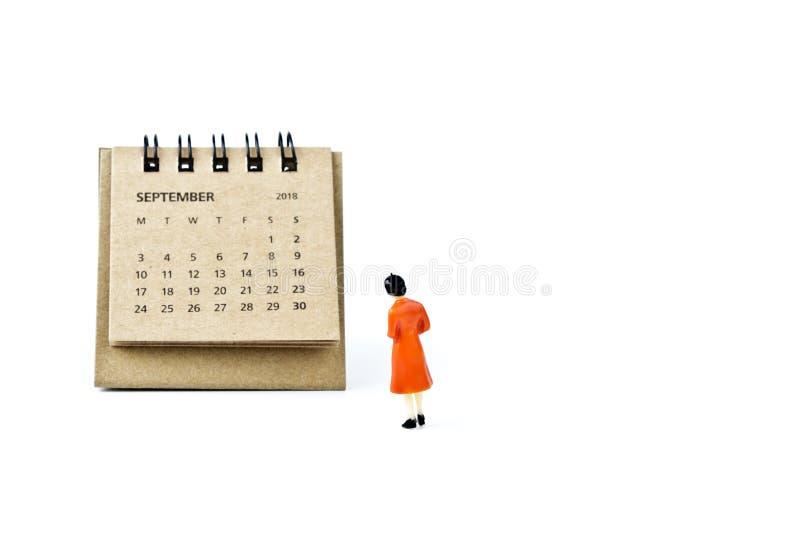 septiembre Haga calendarios la hoja y a la mujer plástica miniatura en b blanco fotografía de archivo