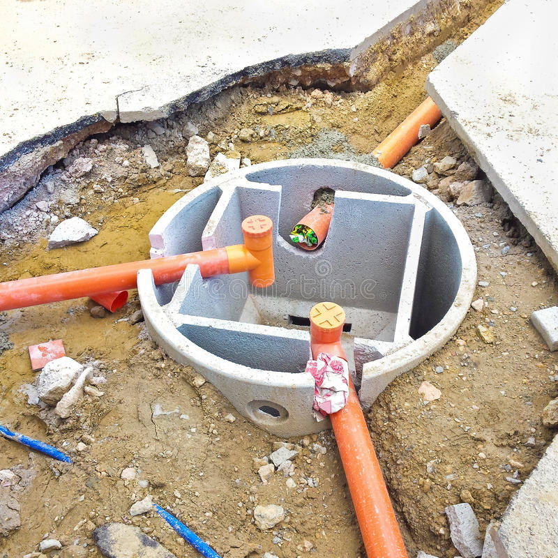 Septische concrete tank tijdens assemblage in een Italiaanse bouwwerf stock foto