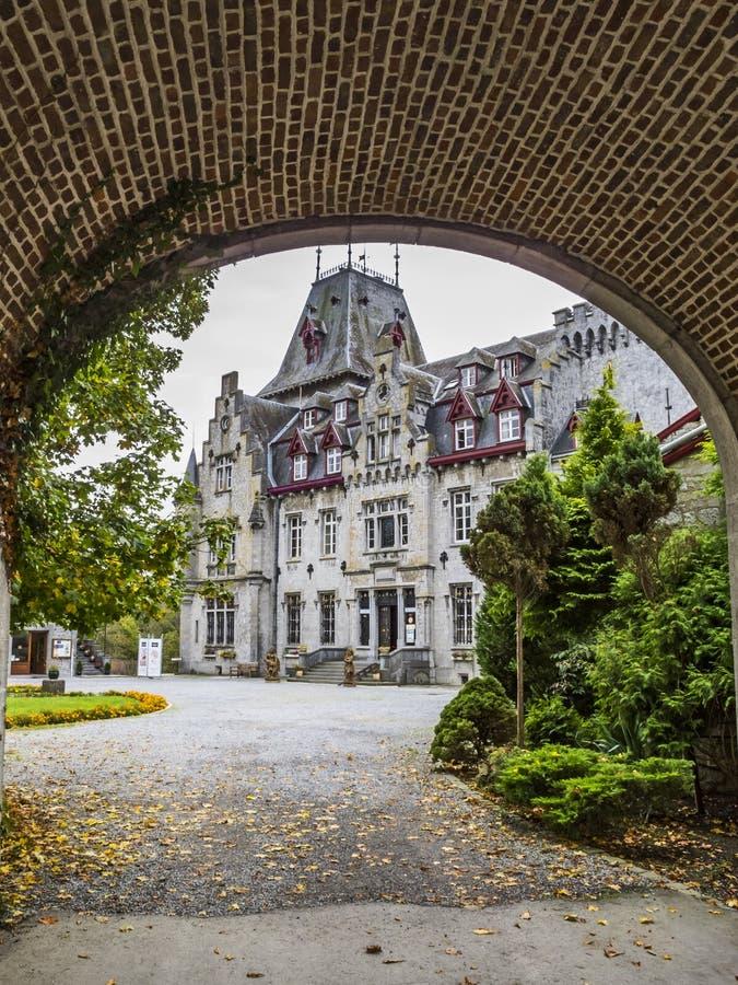 SEPTON-DURBUY, ΒΈΛΓΙΟ - 26 ΣΕΠΤΕΜΒΡΊΟΥ 2014: Castle λεπτοκαμωμένο Somme όπως βλέπει από την παλαιά είσοδο στοκ φωτογραφία