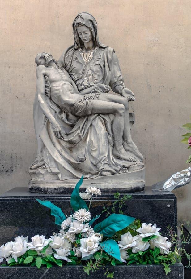 Sepulcraal beeldhouwwerk op graf in Poblenou-Begraafplaats in Barcelona, Spanje stock foto