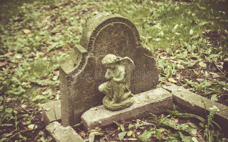 Sepulcro abandonado, olvidado en un cementerio foto de archivo libre de regalías