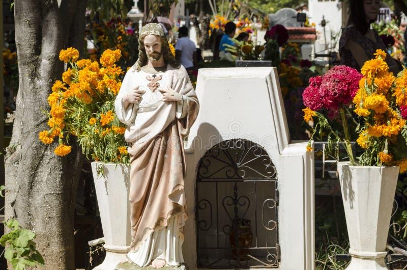 Sepulcro adornado con las flores imágenes de archivo libres de regalías