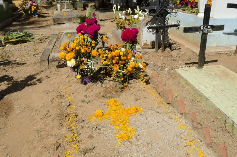 Sepulcro adornado con las flores imagen de archivo