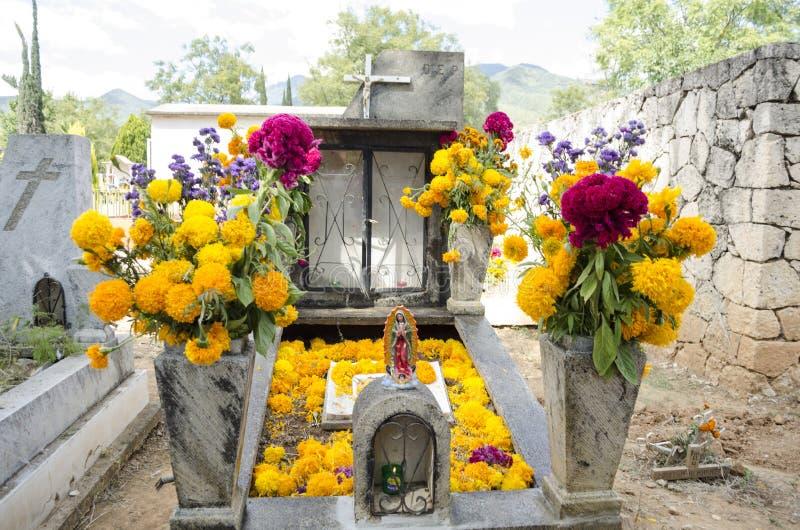 Sepulcro adornado con las flores fotos de archivo libres de regalías